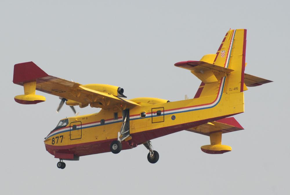 """Il CL-415 """"877"""" Croato in atterraggio"""