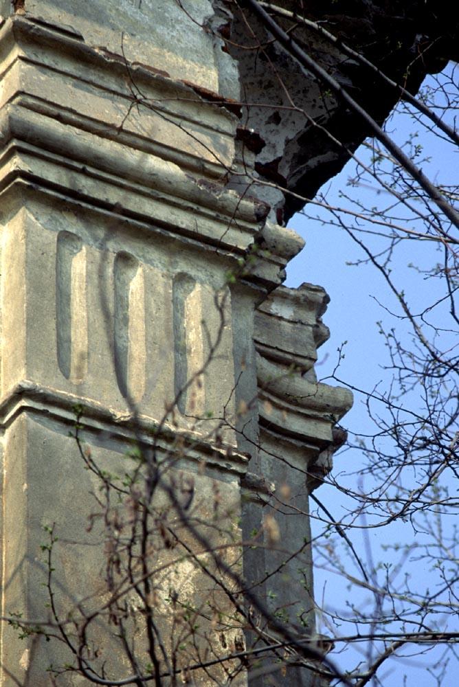 Particolare del capitello e delle cornici settecentesche.