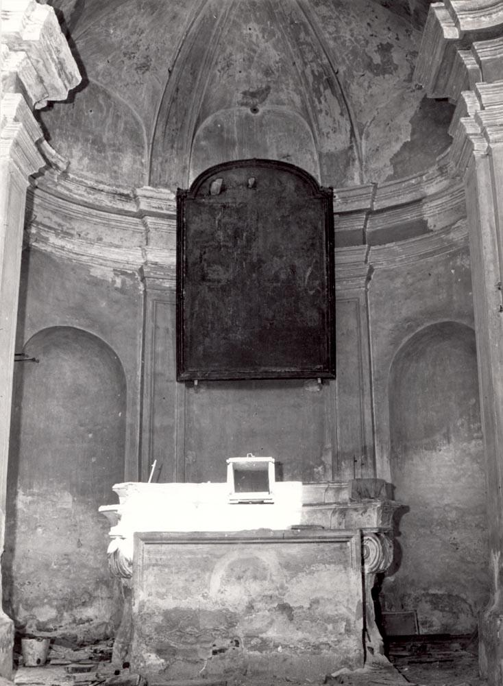 Il sontuoso interno della cappella, ormai devastata dai vandali.