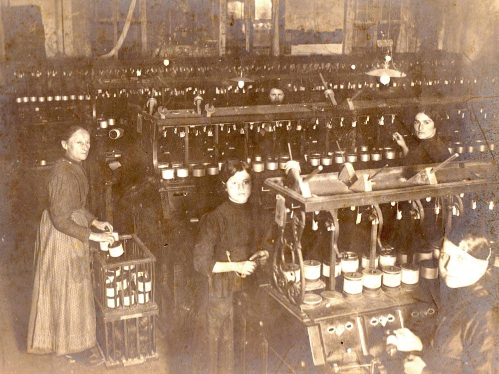 Lavoratrici del filatoio in una foto dei primi '900.